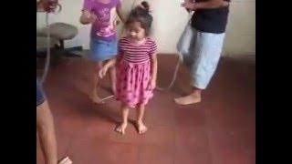niña de 3 años salta la cuerda como profecional.