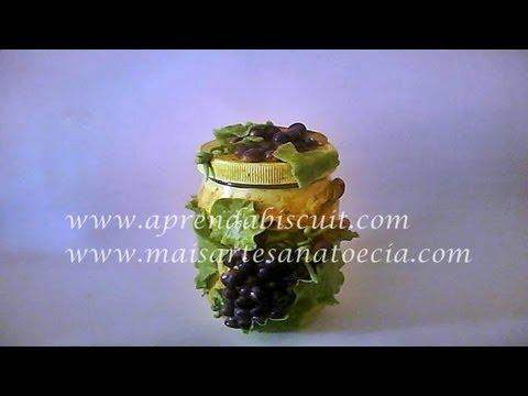 Pintura em vidro e cacho de uvas em massa de biscuit