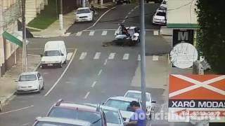 Câmera flagra acidente com moto na rua Carlos Sperança, em Caçador