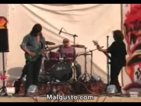 guitarrista toca mal y le pegan