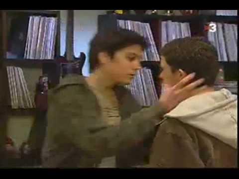 Beso apasionado de 2 chicos muy lindo