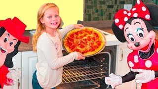 ASSISTANT Pizza Contest with Mickey Mouse and Minnie Mouse