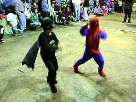 Inocentes Caranqui 2013 Batman y Spiderman bailan Gangnam Style