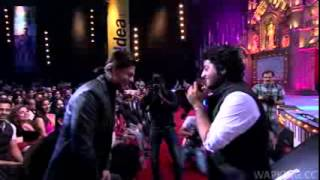 Arijit singh  pays tribute to srk at Mirchi Music Awards