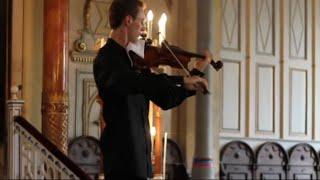 【ハプニング】バイオリン奏者がコンサート中になったお客さんの携帯着音をユーモラスにカバー!