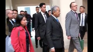 Dr M Visits London's Albukhary Gallery; Becomes Centre Of Attention