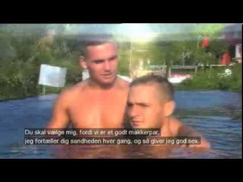 Stolle og Martin leger parceremoni i poolen