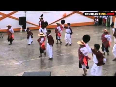 Sanjuanitos con el elenco de danzas Kuniraya