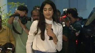 Sridevi's Daughter Jhanvi Kapoor's AWKWARD MOMENT | Video