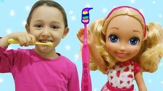 ÖYKÜ BARBİYE DİŞ FIRÇALAMAYI ÖĞRETİYOR chelsea doll at home Wheels On The Bus Music fun kids videos