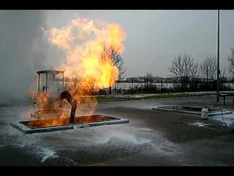 Löschen einer brennenden Gasleitung in Berlin Mahlsdorf