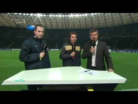 Jogador passa a mão no peito da Árbitra Futebol Alemão
