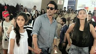 Arjun Rampal Pushes Away Photographers at Justin Bieber Concert in Mumbai | SpotboyE