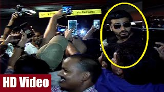 Arjun Kapoor mobbed by fans for a SELFIE at Mumbai Airport.
