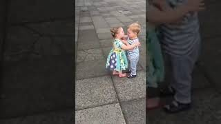 بوسه رومنسي من أصغر بنوته اجنبي