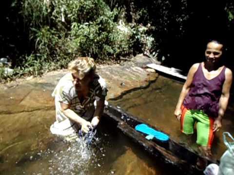 lavando roupa no rio.AVI
