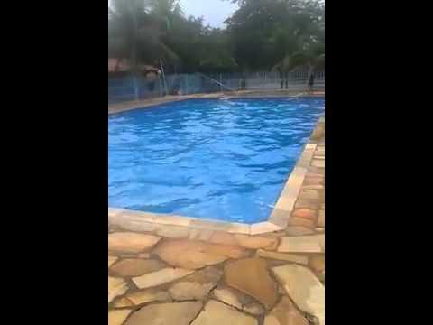 mulher fica pelada ao pular na piscina .