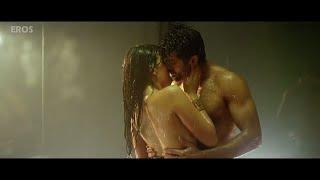 Harman Baweja Hot Kissing scene in Bathroom