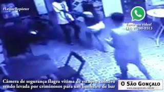 Câmera flagra vítima de estupro coletivo sendo levada por criminosos para um banheiro