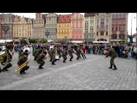 Orkiestra Wojskowa zagrała Prawy do lewego .