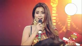 Shriya Saran exposes her boobs pulling her pallu down by herself watch this