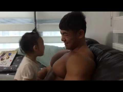 Video lucu, anak geram dan tertawa lihat dada ayahnya yang bidang dan besar serta goyang