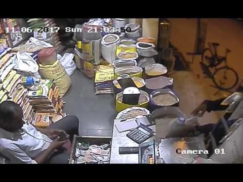 Xxx Mp4 देखिये रासन की दुकान पे ₹500 के चेंज मांगने वाले कि चोरी पकड़ी गई CCTV में 3gp Sex