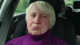 Пенсионерка Тамара сидит в машине и корчит морды - съемка скрытой камерой