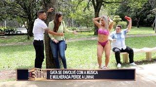 Gata faz striptease ao se empolgar com música e provoca briga de casais