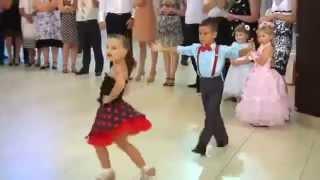 Casal de crianças dançando