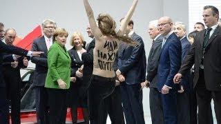 حمله دختران نیمه برهنه اوکراینی به پوتین در نمایشگاه...