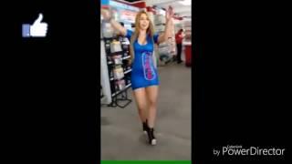Sensual baile de edecán enciende las redes sociales