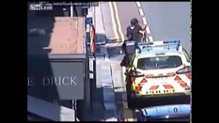 شرطيتان في محاولة لإعتقال أحد المطلوبين