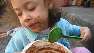 lELE BEBE COM 4 ANINHOS ..  fazendo bolo na casa da vovó....