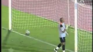 Arquero tapa un penal y celebra mientras el balón ingresa en su arco.