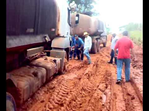 Caminhão da Fertirrigação atolado