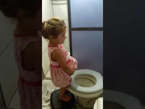 menina querendo fazer xixi em pé