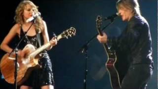 Taylor Swift and Johnny Rzeznik of the Goo Goo Dolls sing