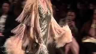 بالفيديو: فردة حذاء تُحرج جيجي حديد على منصة العرض في نيويورك!