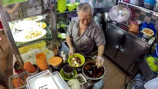 Singapore Street Food. Cooking Fried Noodles in Golden Mile Hawker Centre