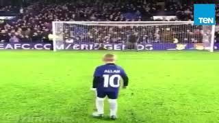 قدوة عربية جديدة.. طفل إنجليزي يسجد بعد إحراز هدف على طريقة محمد صلاح