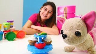 Ayşe Loli'ye PlayDoh oyun hamurundan kek yapıyor