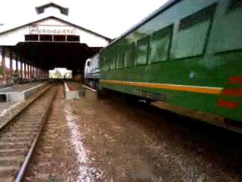 KA Argo Dwipangga Ngebut Melintas Stasiun Purwosari.