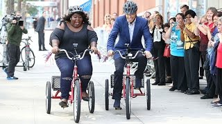 Gabourey Sidibe & Harry Connick Jr Race On Tricycles!