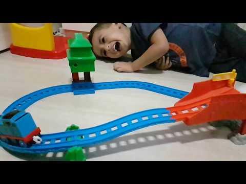 Mateus Guedes brincando com a ferrovia grande corrida do Thomas e seus amigos