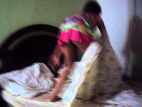 despiertan a niña dormida de un susto y reacciona agresivamente