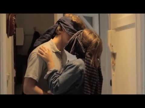Pige lærer fyr at kysse