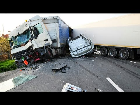 THE ULTIMATE TRUCK CRASH COMPILATION WITN NO LIGHT SMALL TRUCKS 18