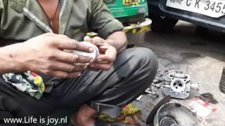 Renovating Tuktuk engine with cylinder overhaul washers. Streetlife Delhi Himalaya road trip.