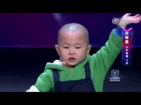 Un petit garçon de 3 ans va faire quelque chose d'extraordinaire sur scène